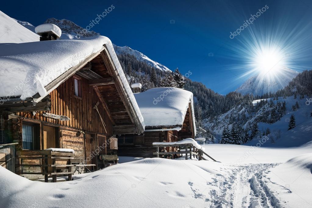 inverno sci chalet e cabina nel paesaggio di montagna neve