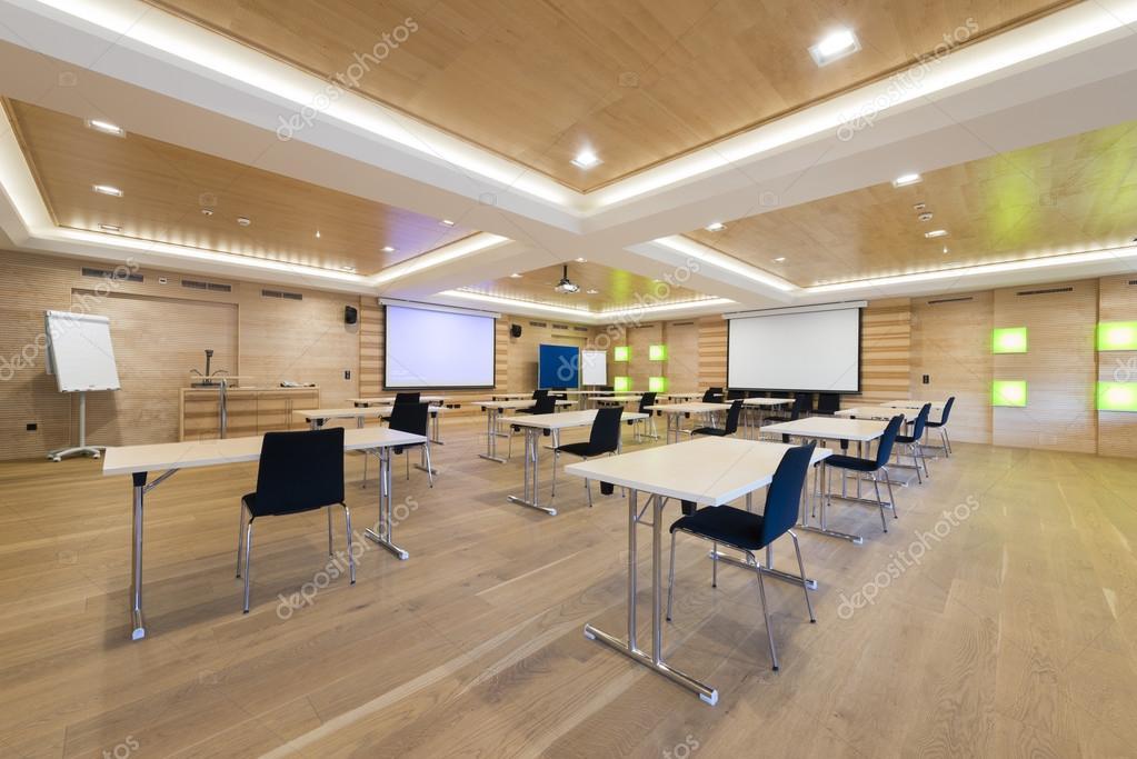 Tafels en stoelen in moderne houten vergaderruimte met