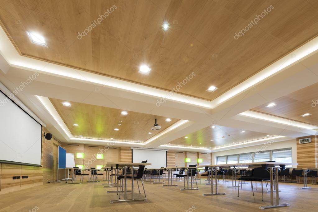 Houten architectuur van moderne conferentieruimte met cahirs en