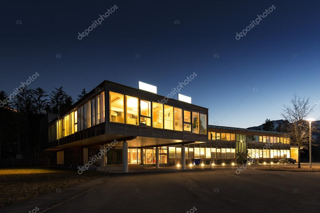 Immeuble de bureau en bois dans la nuit denergie écologique