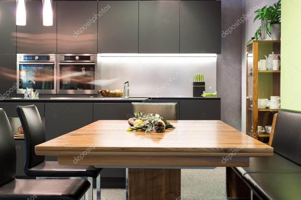 mesa de comedor con sillas de cuero y cocina moderna de color gris ...
