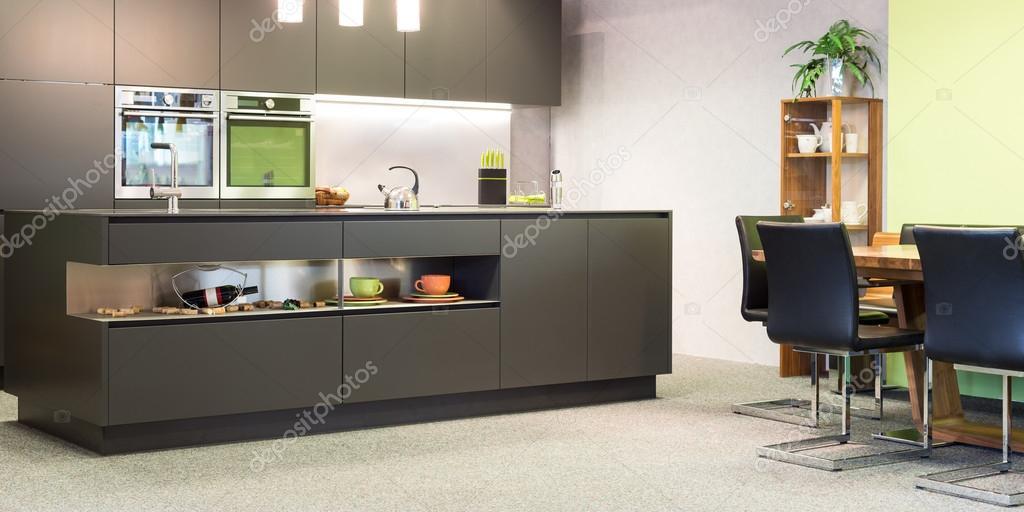 moderna cucina grigio scuro con illuminazione e seduta suite — Foto ...