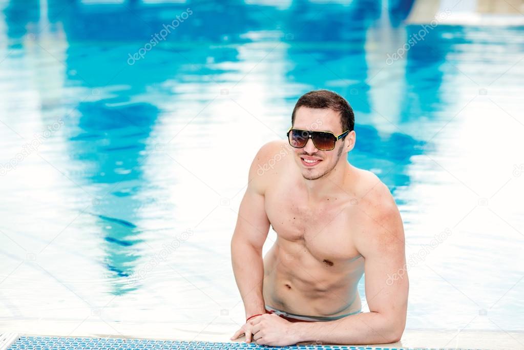 Мужчины в бассейне фото фото 348-320