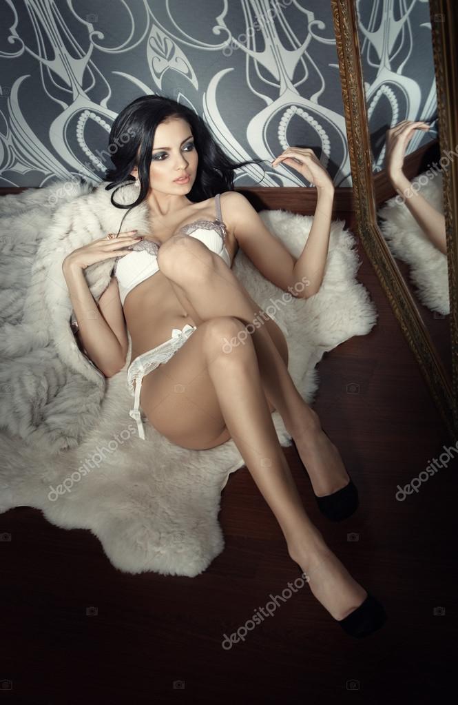 Фото блондинки у зеркала в отражении в нижнем белье