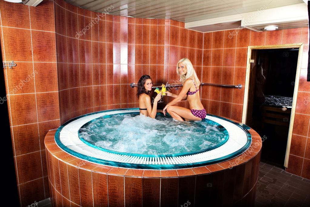 frauen im whirlpool stockfoto evarlamov 34694715. Black Bedroom Furniture Sets. Home Design Ideas