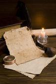 Fotografia vecchi documenti e libri su un tavolo di legno