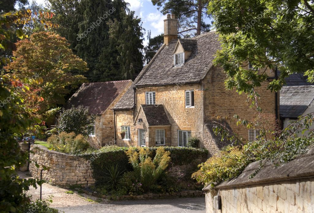 Cotswold cottage zdj cie stockowe andrewroland 35481847 for Cotswold cottage house plans