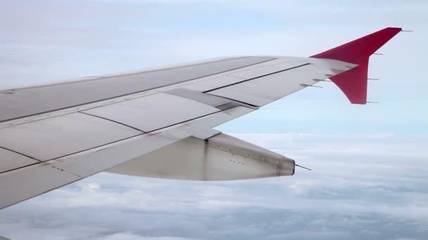 křídlo cestující letadla za letu z okna