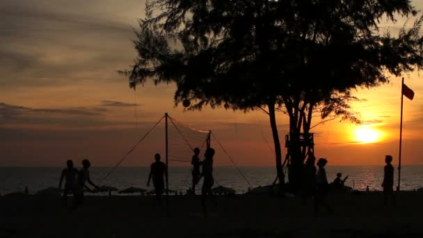 volejbal na pláži v večer