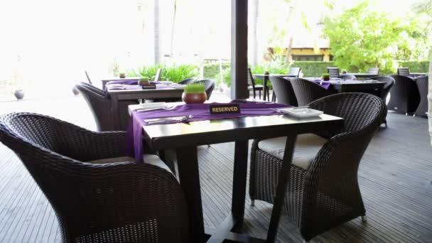 vyhrazená tabulka na letní terase restaurace v tropech