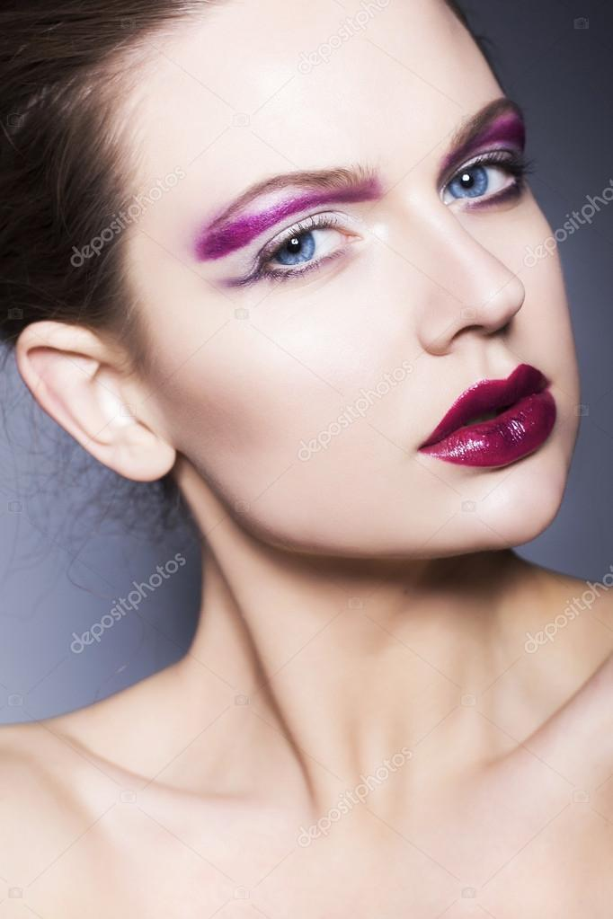 Maquillaje para cabello rojo violeta