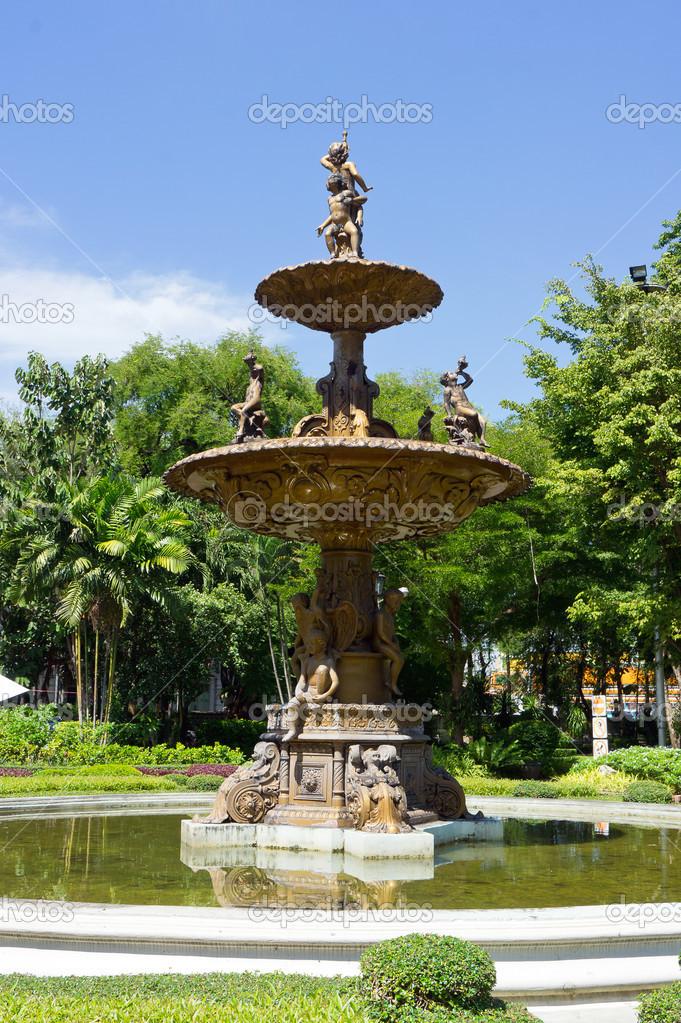 ancienne fontaine de jardin dans parc de verdure naturel ...