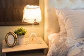 romantikus lámpa az ágy