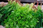 zöldségek és sötét leveles élelmiszer háttérben, mint egy egészséges enni