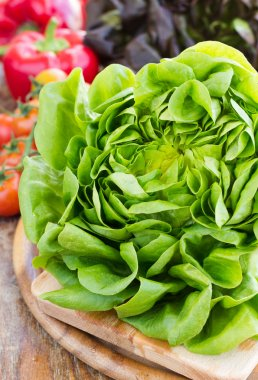 Green and red oak lettuce with tomatoes and paprika close up