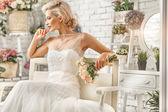 Fényképek a gyönyörű nő pózol egy esküvői ruha