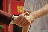Dohoda mezi bohatými a chudými třesoucíma rukama
