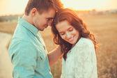 Fotografie junge Paar in der Liebe im Freien