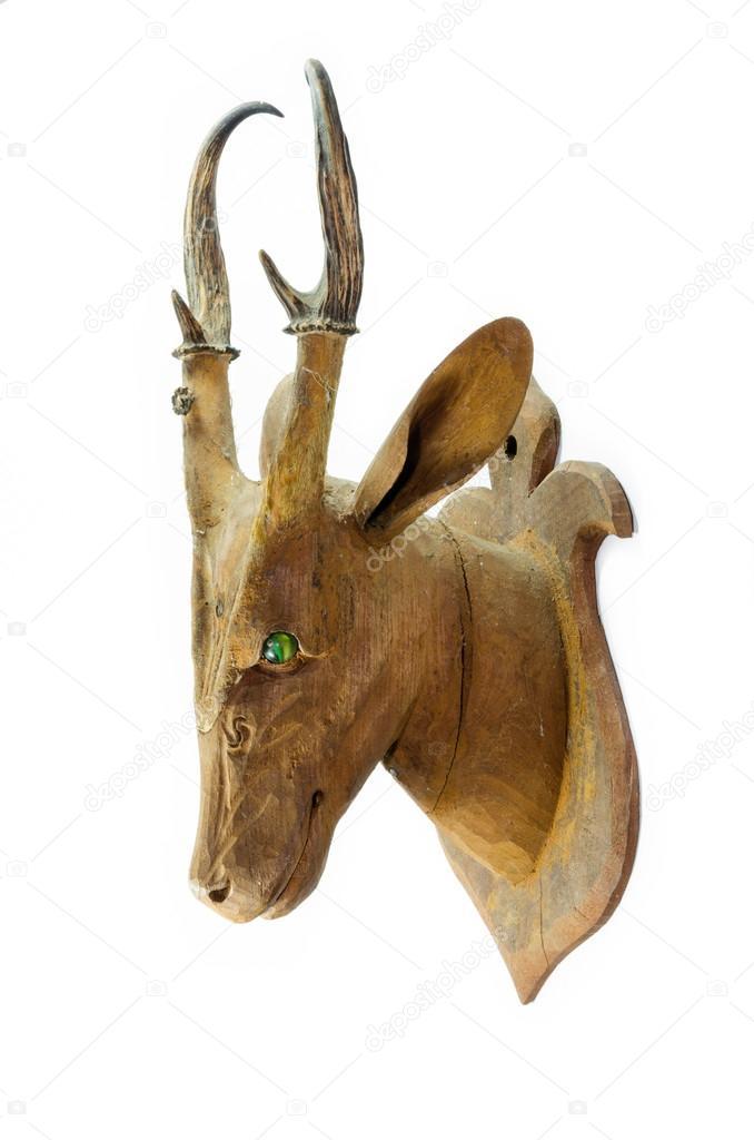 Cabeza de ciervo de madera tallada aislada sobre fondo for Cabeza de ciervo