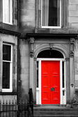Fotografie červené dveře v černé a bílé v Edinburghu