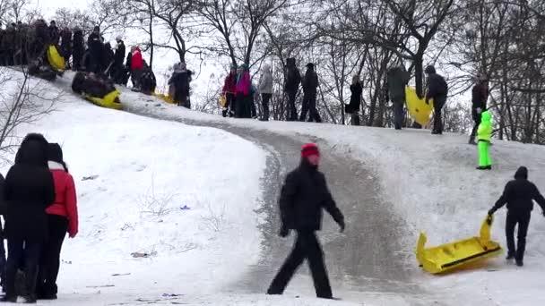 2. února 2014, Ukrajina, Oděsa město, zima, mladí lidé vesele se projet na kopce sněhu na plastový kryt