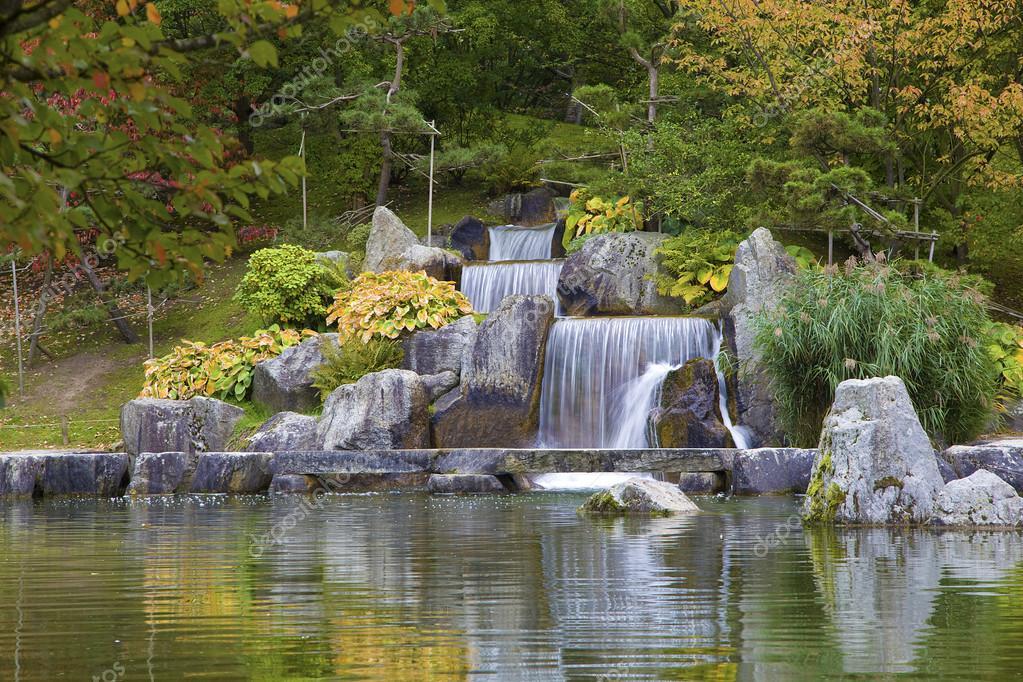 Cascade chute d 39 eau dans le jardin japonais hasselt for Cascade d eau jardin