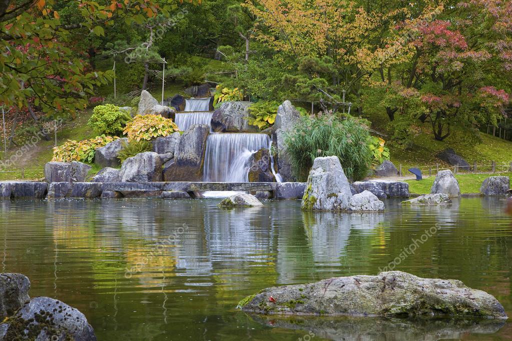 Cascade chute d 39 eau dans le jardin japonais hasselt for Jardin japonais hasselt 2016