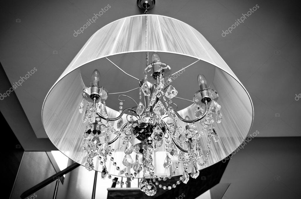 Lampadario Bianco E Cristallo : Un lampadario di cristallo con una tonalità di bianco u2014 foto stock