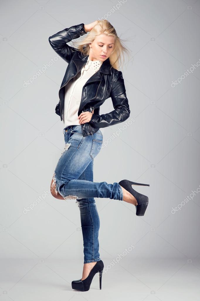zapatillas estilo distintivo modelado duradero Mujer rubia hermosa chaqueta de cuero y jeans — Foto de ...