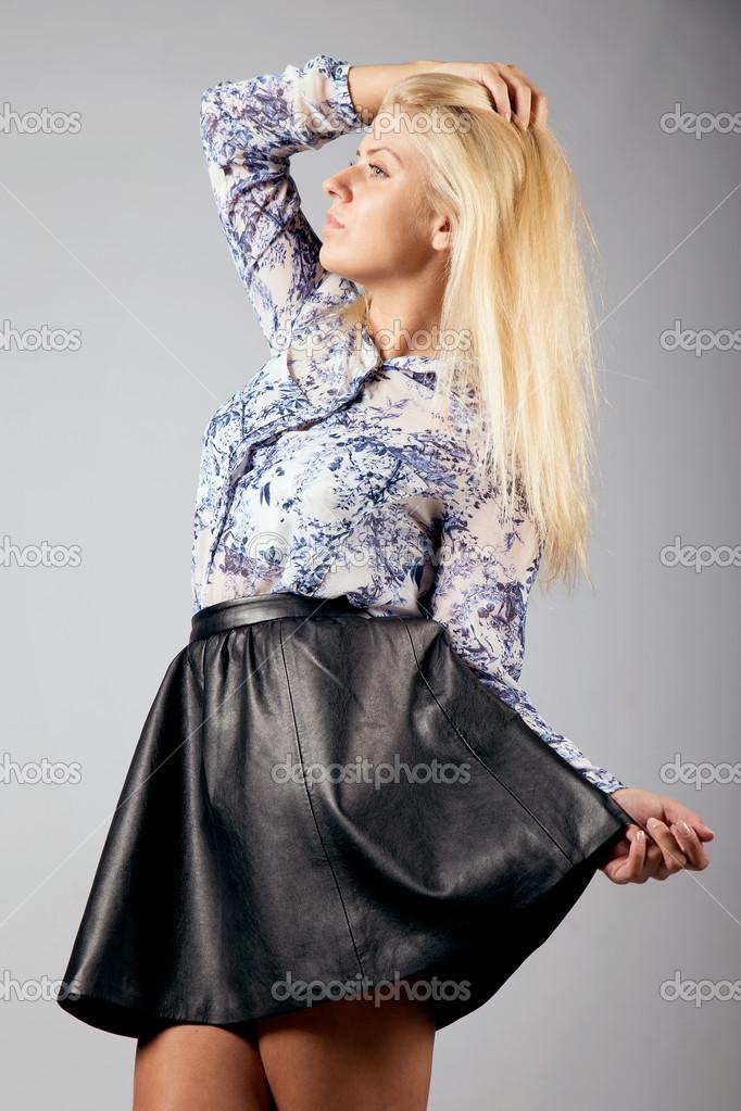blondinki-v-kozhanih-yubkah-foto-telok-bolshim-chlenom