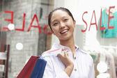 Frau einkaufen vor Verkauf Zeichen