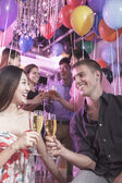 meg ünnepli, pirítás pezsgővel
