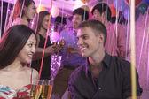 Fényképek meg ünnepli, pirítás pezsgővel