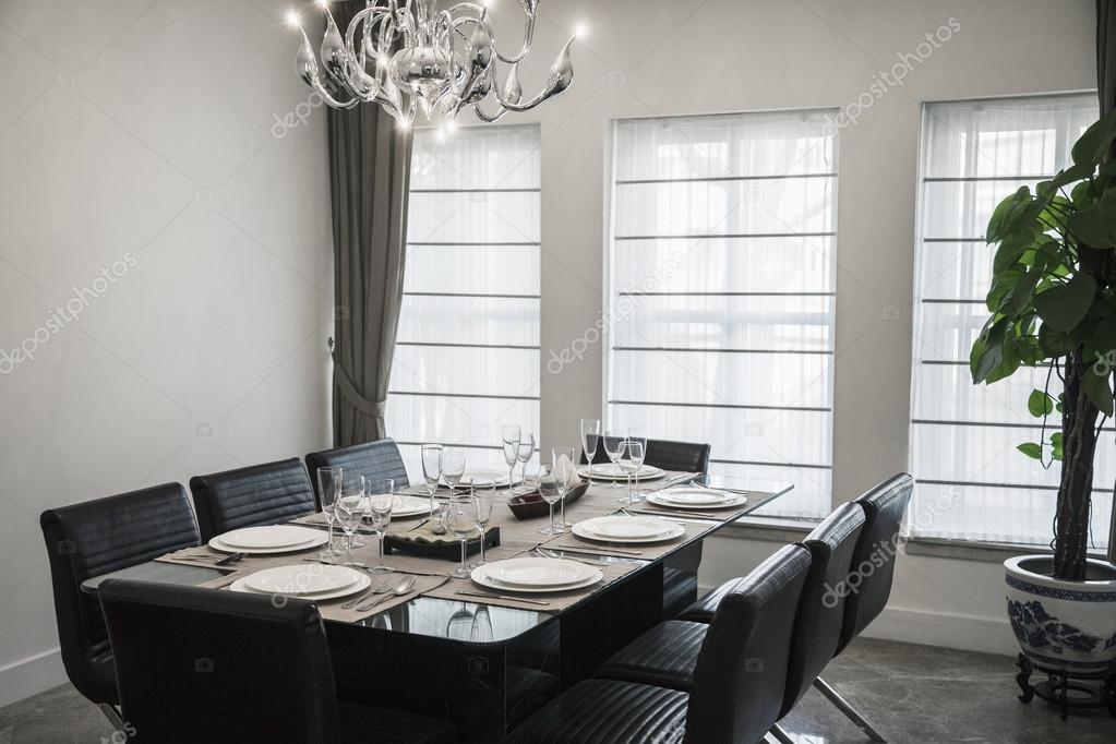 sala da pranzo con mobili moderni e lampadario — Foto Stock ...