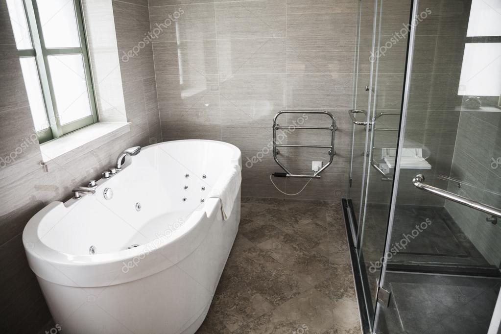 Closeup van nieuwe onvoltooide wit modern betegelde douche met bad