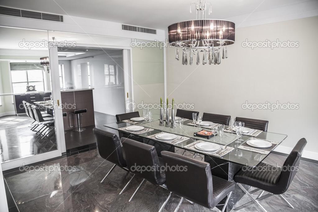 Kronleuchter Esszimmer Modern ~ Wohn esszimmer mit modernen möbeln und kronleuchter u2014 stockfoto