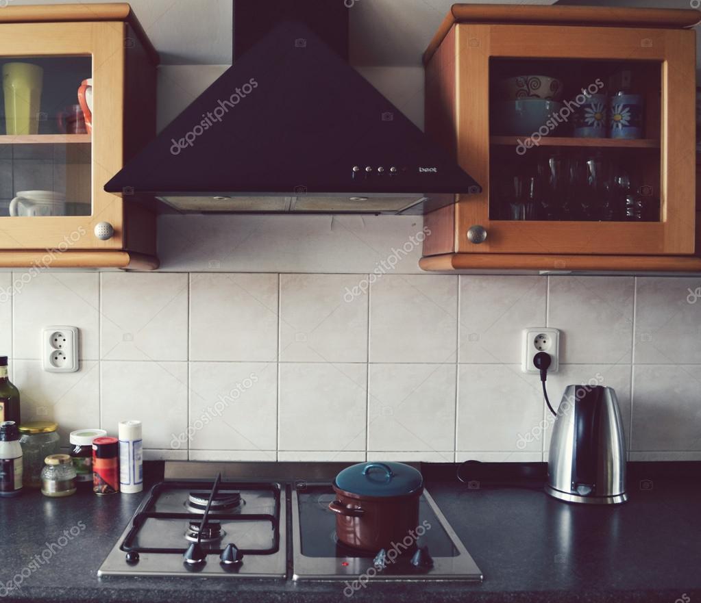 moderna cocina fresca con decoración de madera y cocina eléctrica ...