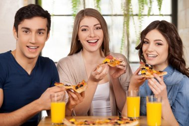 Friends eating pizza.