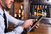 muž v košili a kravatu, pracuje na digitálním tabletu