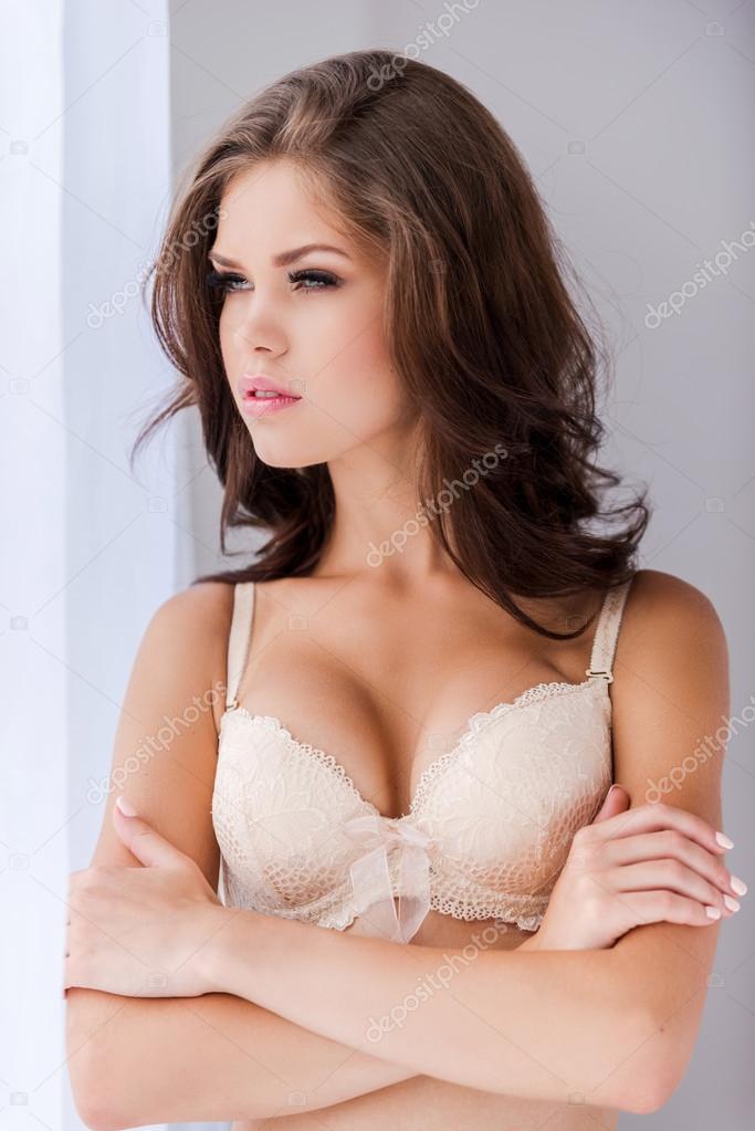 Женщина в лифчике в окне