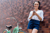 Fényképek nő hallgat mp3-lejátszó fejhallgató