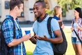 Fotografie zwei junge Studenten, miteinander zu reden