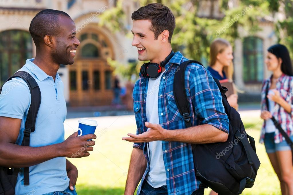 Discuter avec des inconnus ou leur sourire dans la rue ou ailleurs fait le plus grand bien ! Depositphotos_50654797-stock-photo-two-young-men-talking-to