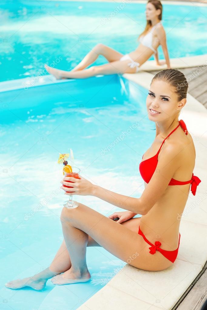 Mujeres en bikini relajarse cerca de la piscina foto de for Bikini piscina