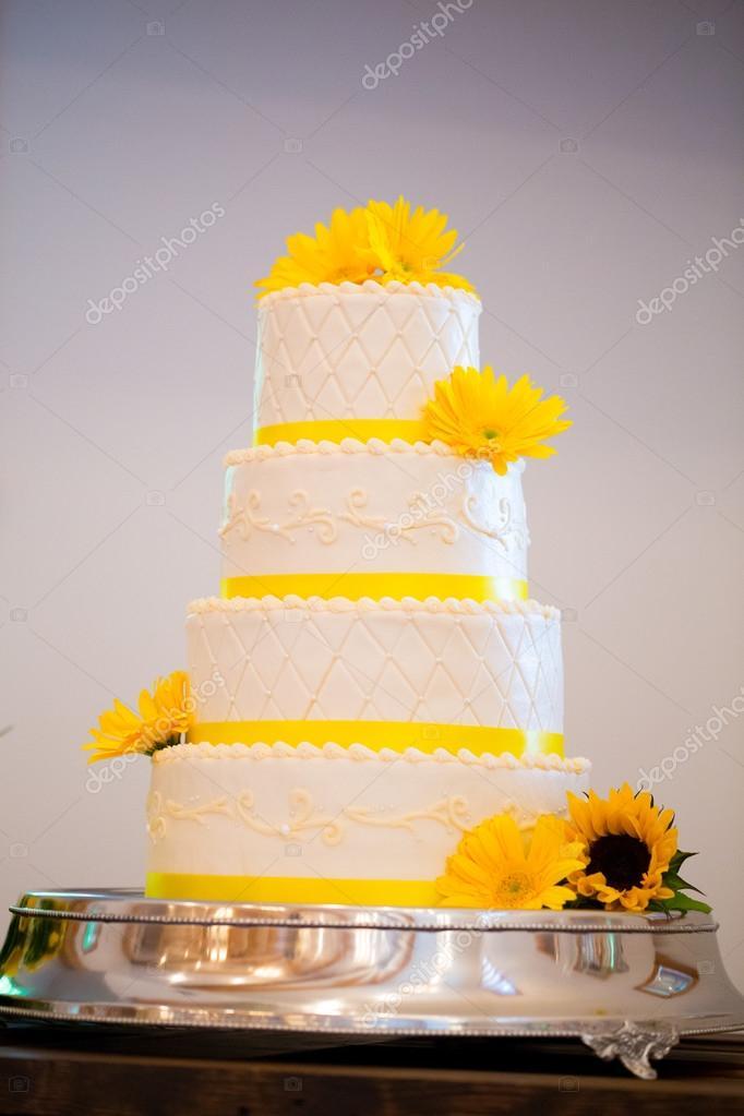 Weisse Und Gelbe Rezeption Hochzeitstorte Stockfoto C Joshuarainey
