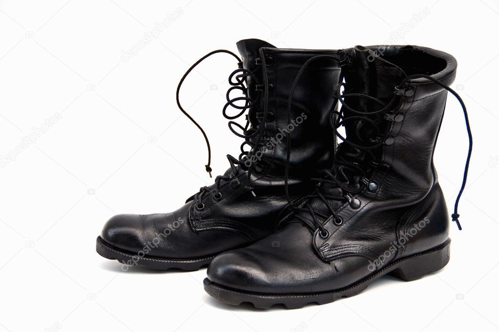 старые и грязные Военная обувь на белом фоне — Стоковое фото ... 1198233e1a7