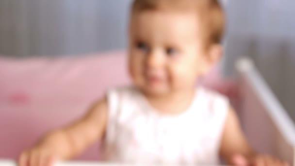 malé dítě díval do kamery (emoce), malé děti vesele hraje