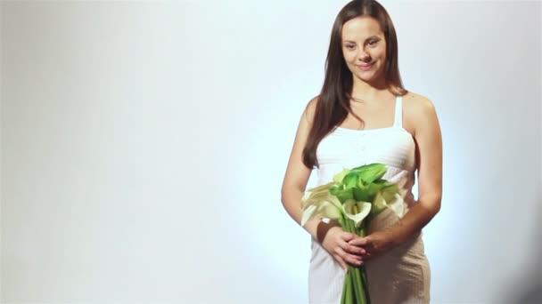 těhotná žena s květinou
