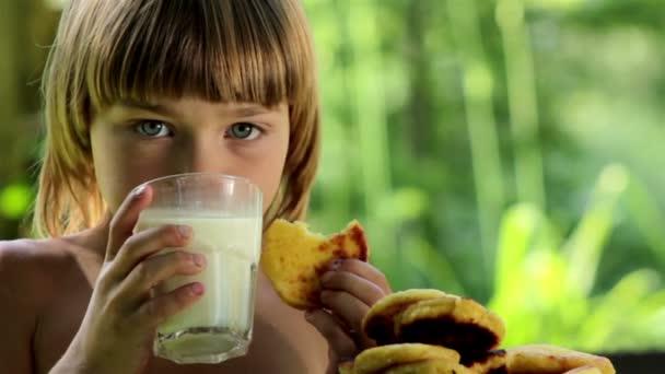 kluk s chutí k jídlu jí zdravé jídlo venku, chlapec jíst palačinky a konzumní mléko