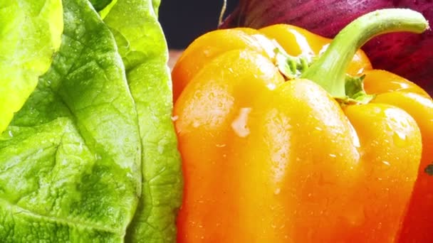 čerstvá zelenina na černou, zeleninové zátiší,